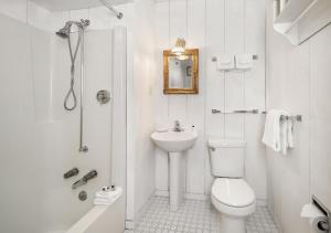 A bathroom at The Stowehof Hotel
