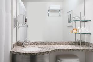 A bathroom at Club Quarters Hotel in Houston