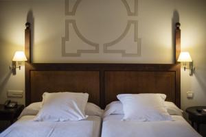 A bed or beds in a room at Parador de Monforte de Lemos