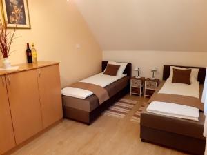 A bed or beds in a room at Pacsirta Vendégház Egerszalók