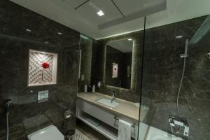 A bathroom at Suha Mina Rashid Hotel Apartments Bur Dubai
