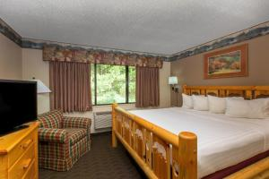 A bed or beds in a room at Cobblestone Hotel & Suites - Ladysmith