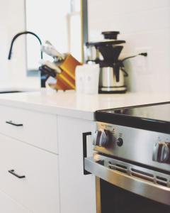A kitchen or kitchenette at The Flying Steamshovel Inn