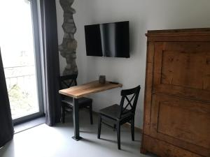 A television and/or entertainment center at Gästehaus Lausnitz Zimmer