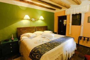 A bed or beds in a room at Hotel La Posada de San Antonio