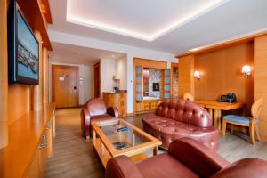 A seating area at Resorts World Sentosa - Hotel Michael (SG Clean)