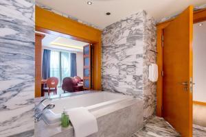 A bathroom at Resorts World Sentosa - Hotel Michael (SG Clean)
