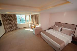 A bed or beds in a room at Mihrako Hotel & Spa