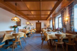 Ein Restaurant oder anderes Speiselokal in der Unterkunft Hotel garni Sterff