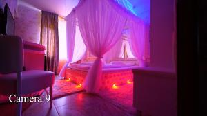Un pat sau paturi într-o cameră la Anadi Hotel Boutique