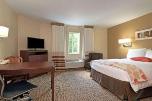 A television and/or entertainment center at MainStay Suites Orlando Altamonte Springs