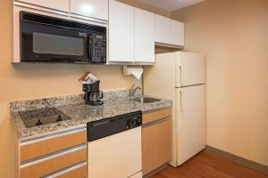 A kitchen or kitchenette at MainStay Suites Orlando Altamonte Springs