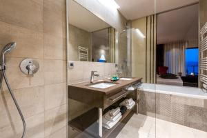 A bathroom at Hotel Plaža Duće