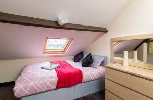 A bed or beds in a room at Beaming Paradise Newcastle