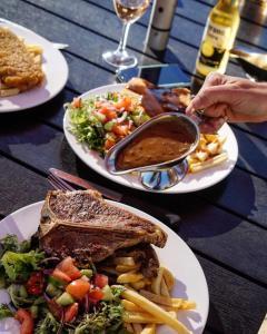 Oasis on Beamish Hotel tesisinde konuklar için mevcut öğle yemeği ve/veya akşam yemeği seçenekleri