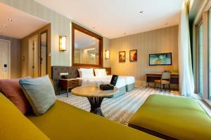 Ein Sitzbereich in der Unterkunft Resorts World Sentosa - Equarius Hotel (SG Clean)