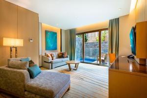 Ein Sitzbereich in der Unterkunft Resorts World Sentosa - Beach Villas (SG Clean)