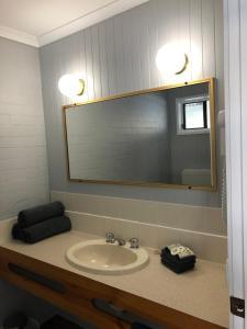 A bathroom at Country Roads Motor Inn