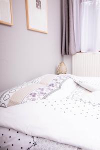 A bed or beds in a room at Hôtel Restaurant Domaine De Basil