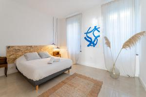 A bed or beds in a room at Le Borély: Appartement climatisé avec 2 chambres, à 800m de la plage