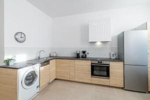 A kitchen or kitchenette at Le Borély: Appartement climatisé avec 2 chambres, à 800m de la plage