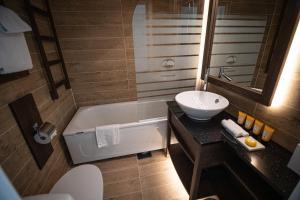 Łazienka w obiekcie Grande Fjord Hotel