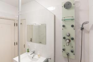 A bathroom at Porto Family Home by MP