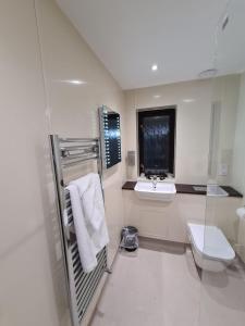 A bathroom at Dolphin Hotel Cambridge
