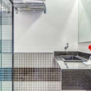 A bathroom at Ritz Coralli Hotel