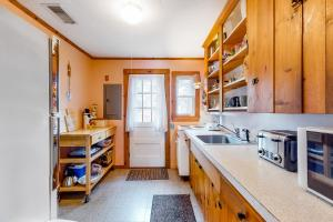 A kitchen or kitchenette at Uncle Rolfs Cozy Cottage
