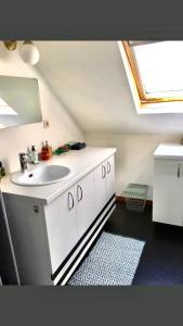 A bathroom at Foodiejive