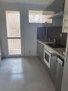 A kitchen or kitchenette at Appartement la plage
