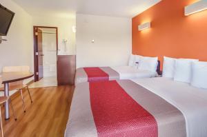 Кровать или кровати в номере Motel 6-Lethbridge, AB