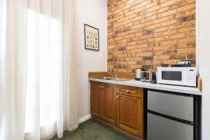 A kitchen or kitchenette at The Carrington Inn - Bungendore