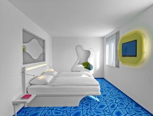 A bed or beds in a room at prizeotel Hamburg-City