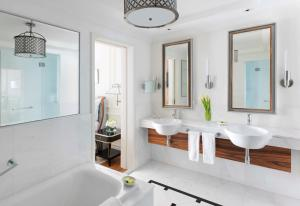 Ein Badezimmer in der Unterkunft InterContinental Singapore (SG Clean), an IHG Hotel