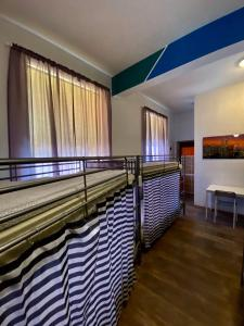 Poschodová posteľ alebo postele v izbe v ubytovaní Ametyst Hostel