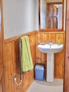 A bathroom at Windhaven Cafe, Camping and B&B