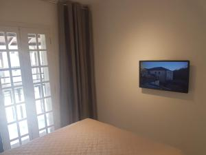 A television and/or entertainment centre at Hotel Coquille