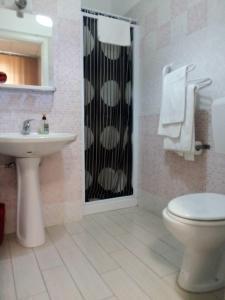A bathroom at Hotel Niagara