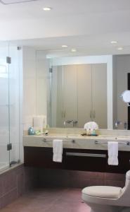 A bathroom at Vista Pacífico Hotel Asia