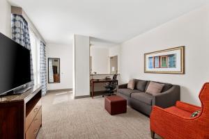 A seating area at Hilton Garden Inn New Orleans French Quarter/CBD