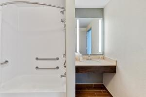 A bathroom at Hilton Garden Inn New Orleans French Quarter/CBD
