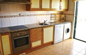 A kitchen or kitchenette at Two-Bedroom Apartment in Alvor