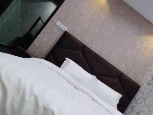 سرير أو أسرّة في غرفة في شقق ايواء الخرج الفندقية