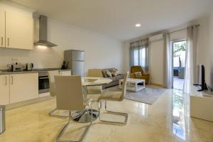 A kitchen or kitchenette at Luxury Apartments in the centre of Alvor