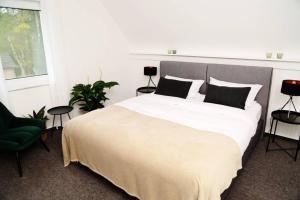 A bed or beds in a room at Wunderschönes Haus im Herzen d. Nationalpark Eifel