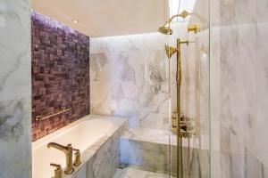 A bathroom at Hotel Indigo Bangkok Wireless Road, an IHG Hotel