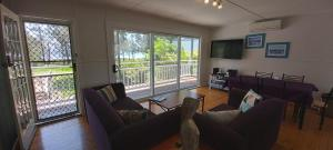 A seating area at Paradise Bungalow Waterfront