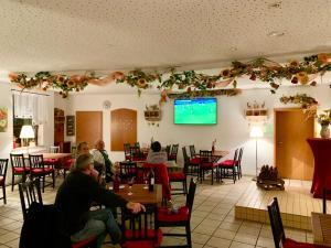 Ein Restaurant oder anderes Speiselokal in der Unterkunft Spreewaldhotel zum Krabat mit Ferienwohnungen der KrabatResidenz